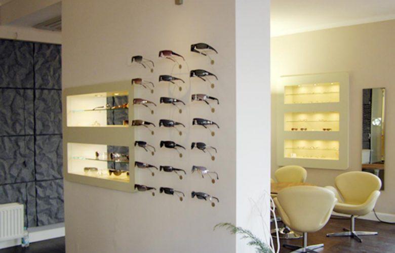 Sichtweise_Brillenwand-und-Sitzecke
