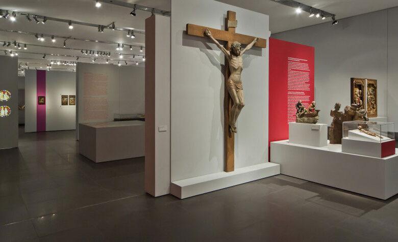 Museum-Schnuetgen_portfolio_Ausstellung_Glanz-und-Gloria_2_rheinweiss