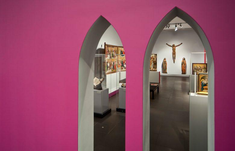 Museum-Schnuetgen_portfolio_Ausstellung_Glanz-und-Gloria_5_rheinweiss